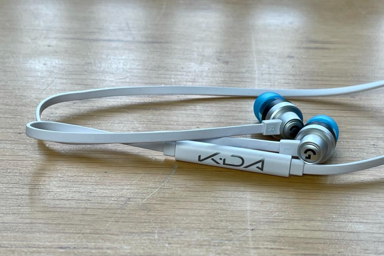 Tai nghe G333 earbud nhìn khá quen thuộc nếu bạn là fan của VR. Chúng được thiết kế dựa trên G333 VR eadbuds chỉ có trong Oculus Quest 2.  Phiên bản K/DA hơi khác biệt chút so với G333 VR, chủ yếu là màu sắc ở các nút điều khiển của tai nghe. Chúng được thiết kế màu sắc của nhóm nhạc K/DA  Ngoài phần thiết kế ra, chất lượng âm thanh của K/DA G333 xuất sắc ở mức giá bình dân. Nếu không thể sắm cho mình được tai nghe K/DA G733 trong bộ sưu tập này thì K/DA G333 sẽ là lựa chọn thay thế vừa túi tiền rất hợp lý cho bạn.